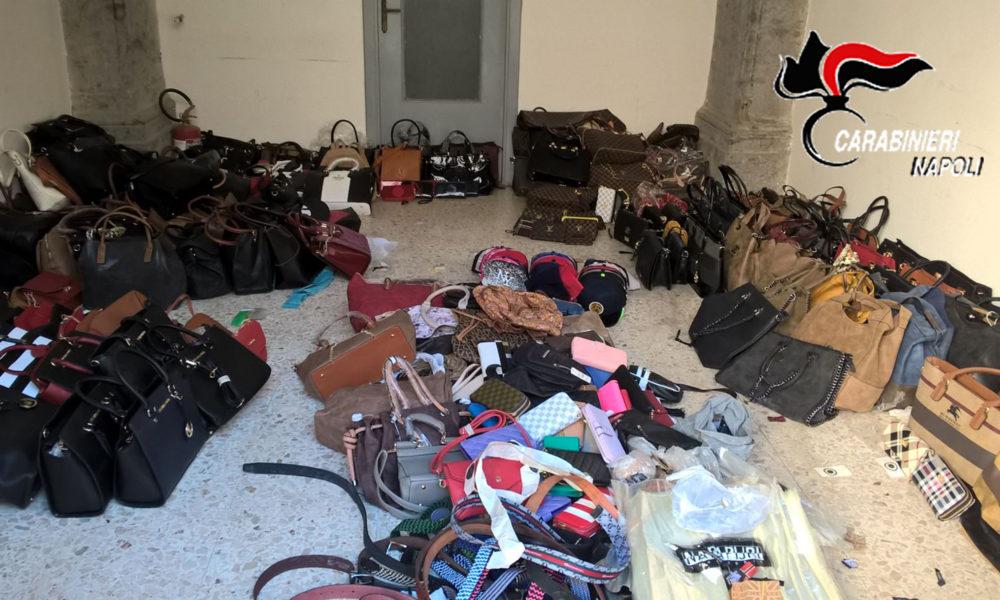 Napoli, maxi-sequestro di capi d'abbigliamento falsi in vico Ferrovia