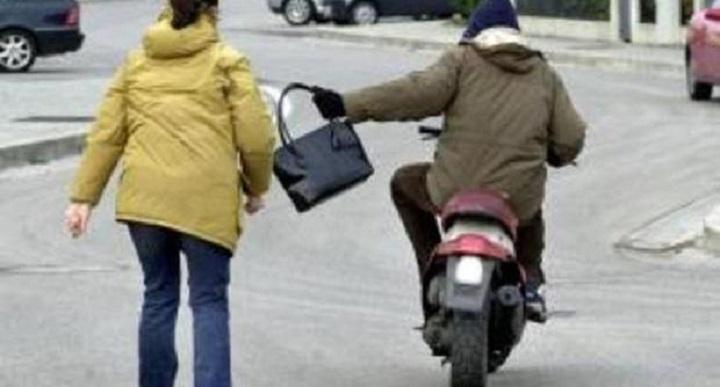 Napoli, guida scooter con il figlio: furto a passante