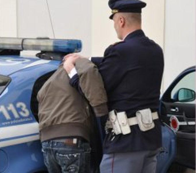 Napoli - Resistenza e lesioni a pubblico ufficiale, arrestati un 40enne e  21enne - Torrechannel.it