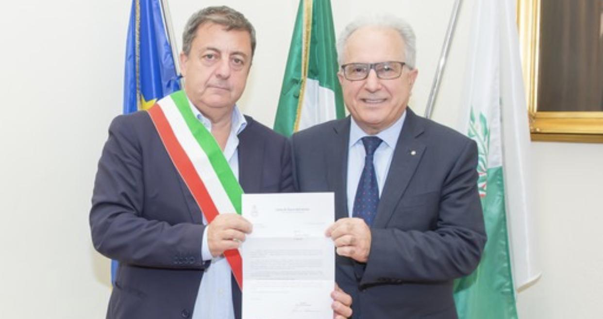 """Torre del Greco - L'amministrazione omaggia l'imprenditore Francesco Di Ruocco, Palomba: """"Esempio per la città"""" - Torrechannel"""