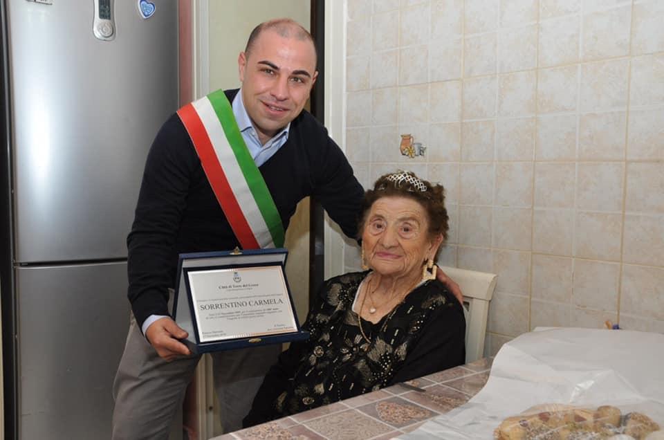 Torre del Greco - 100 anni per la signora Carmela, gli auguri dell'amministrazione - Torrechannel